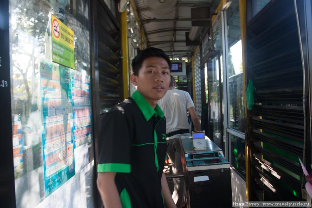 Остановка автобусов сети Джокьякарты ТрасДжокджа
