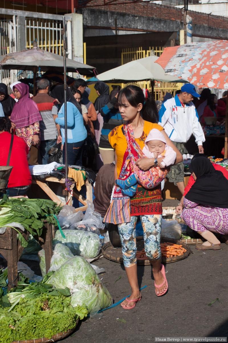 Женщина на рынке в Индонезии