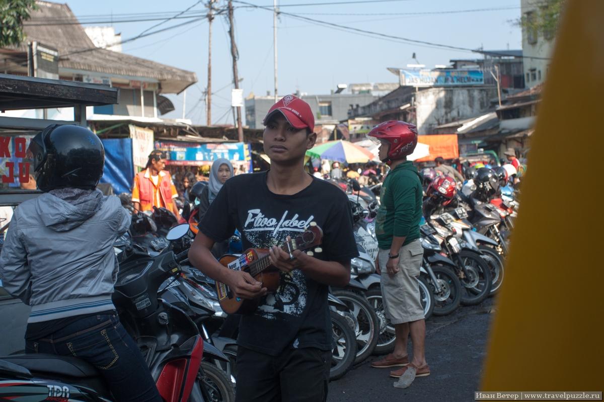 Вот такие добры молодцы заскакивают в маршрутки и автобусы на ходу и играют на гитаре или укулеле. Конкретно в Бандунге играют они неплохо.