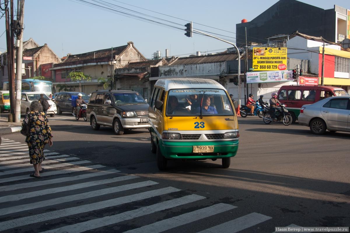 Микроавтобус поворачивает к остановке
