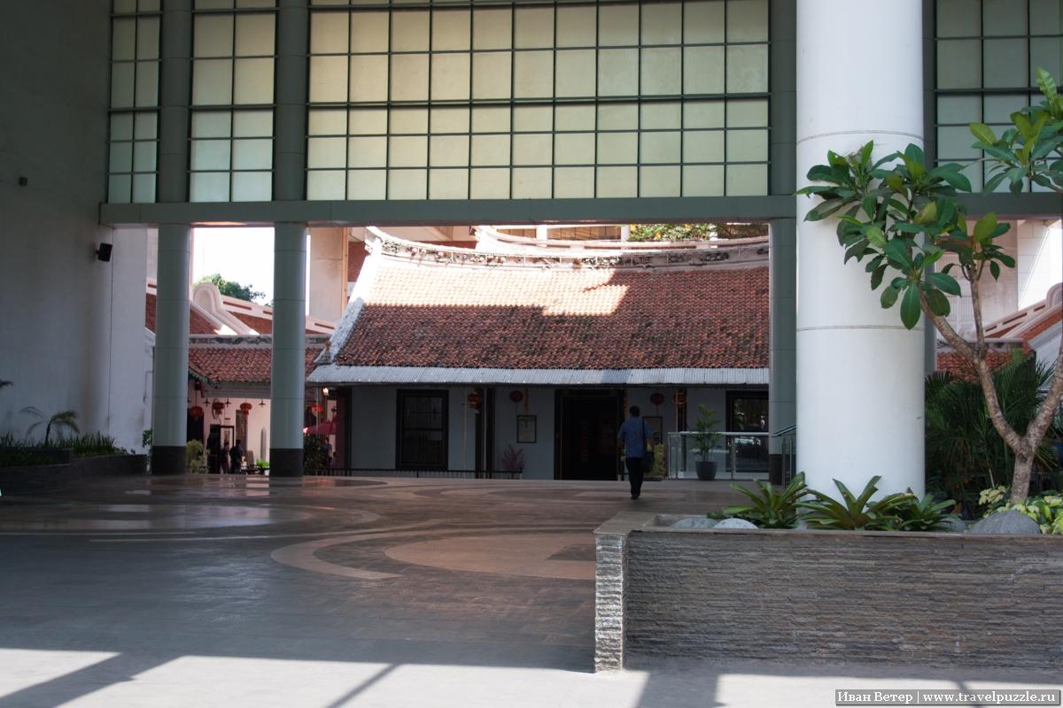 Посреди бизнес-центра арка, в которой виден китайский храм