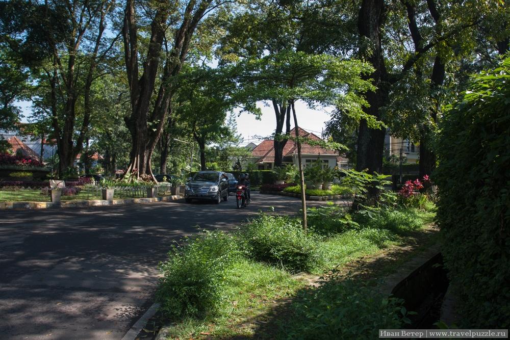 Дороге и крайне зелёные кварталы города