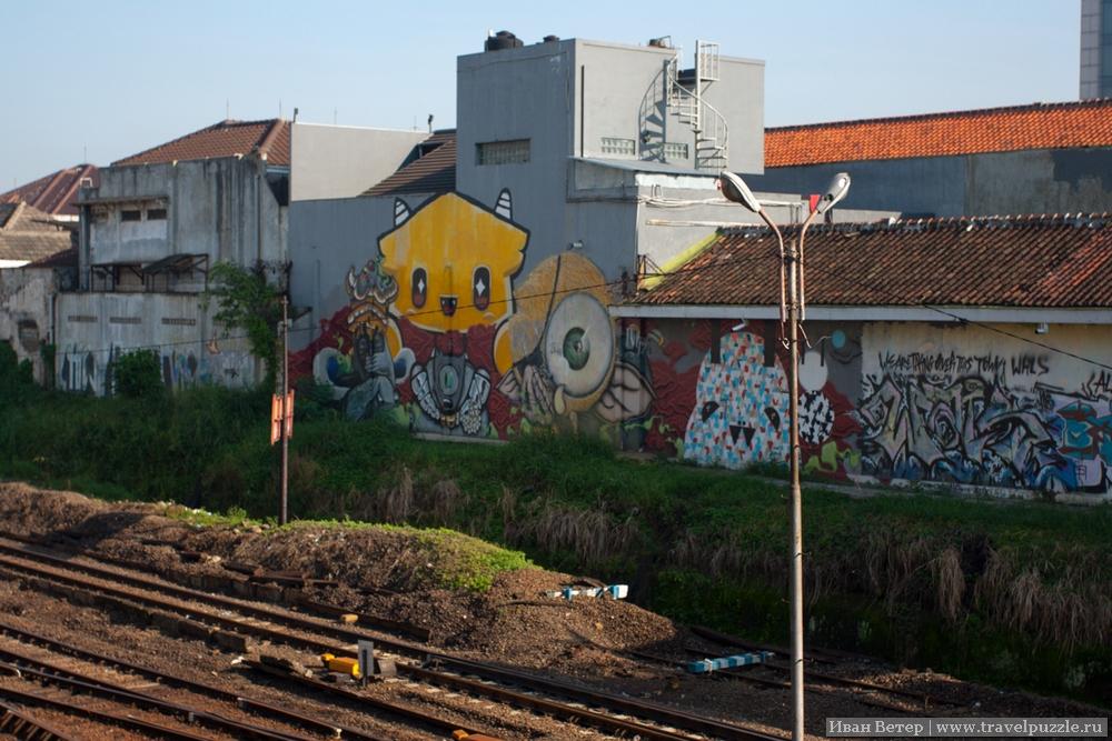 Необычное граффити для мусульманской страны. Около железной дороги такого было особенно много.
