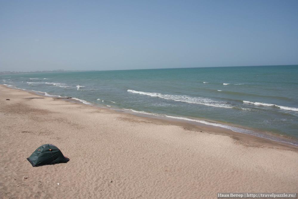 Наша палатка на берегу Каспийского моря