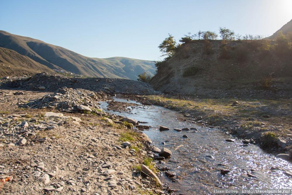 Как оказалось, через все эти реки пешком местные не ходят. Главное средство передвижения - белые Нивы. Изредка - УАЗы.