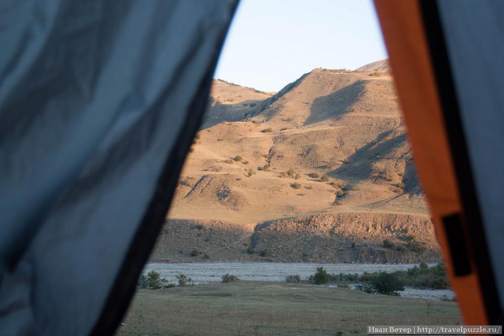 Вид из палатки в горах северного Азербайджана