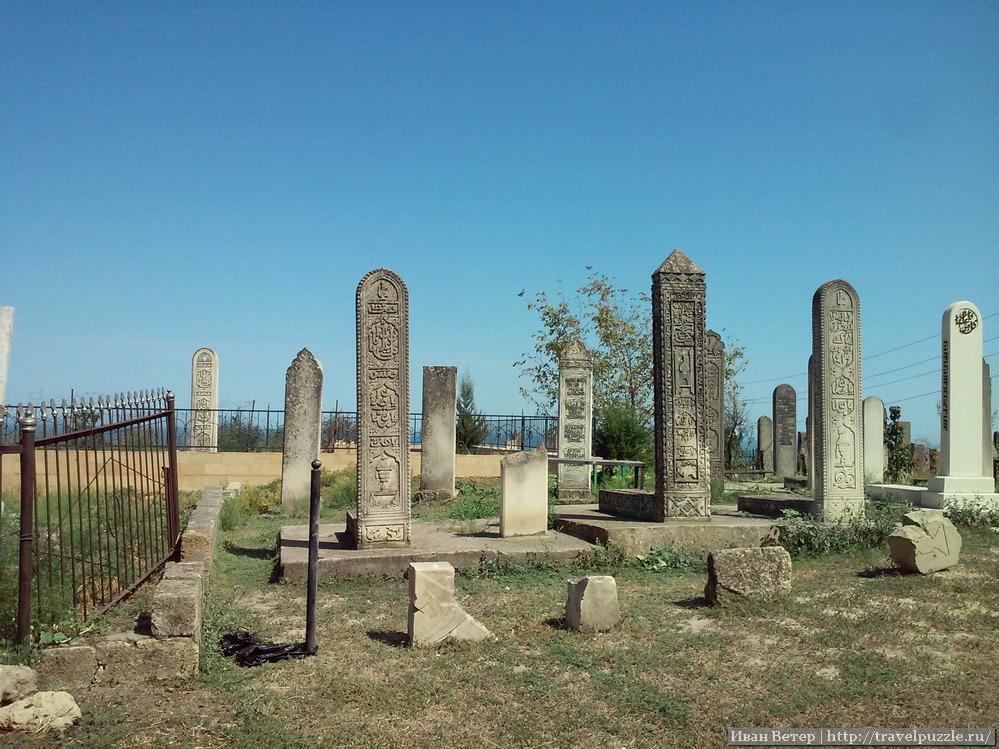 Ну а мы идём к выходу из города мимо мусульманского кладбища. Эти места выглядят крайне необычно: каменный лес из стелл надгробий.