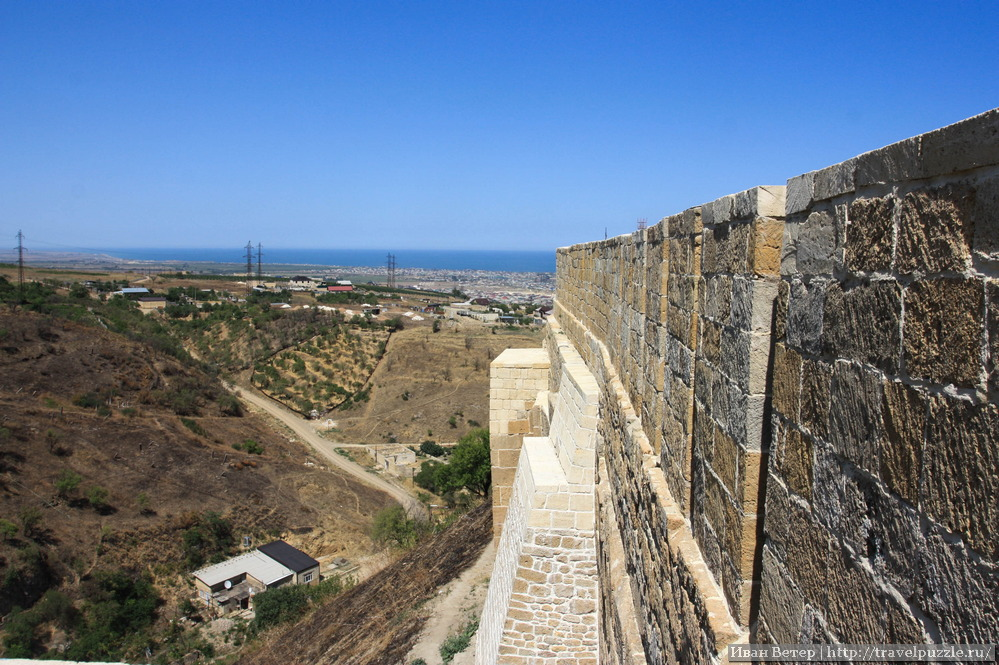 Сложно представить, чтоб кто-то пытался штурмовать крепость с самого низа. Незаметно стоящий дом внизу хорошо показывает высоту.