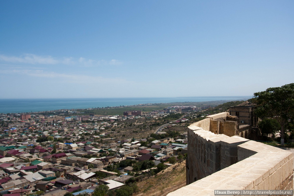 Крепостная стена Нарын-калы и Каспийское море