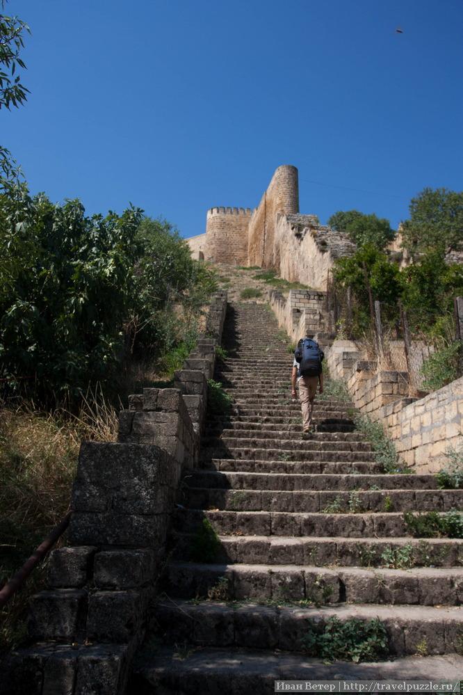 Лестница ко входу в Нарын-калу