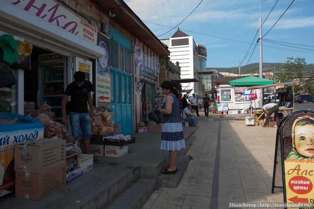Центр города - сплошная торговля. Мешки еды, какие-то знакомые марки, сувенирная продукция, кафе.