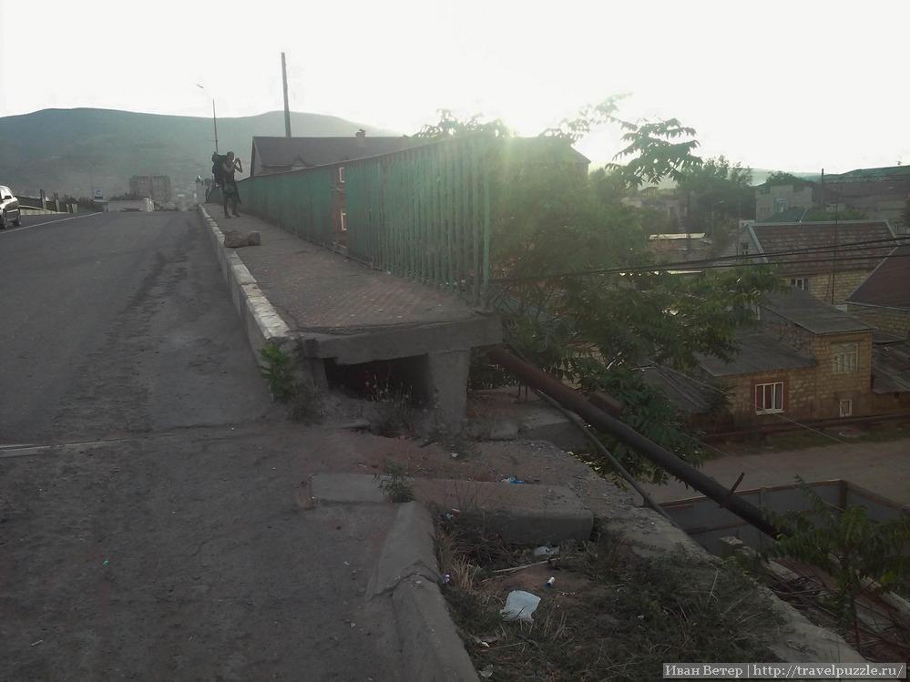 Мост через железнодорожные пути в Дербенте