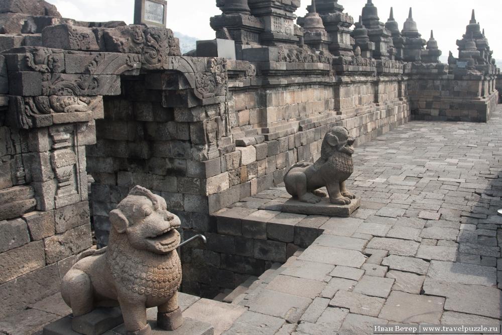 Входы охраняют такие позитивные львы с занятным ирокезом на головах.