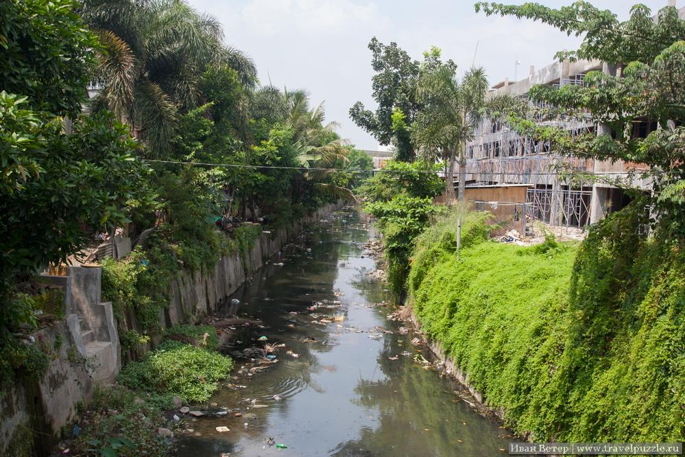Река в городе чистотой не отличается.