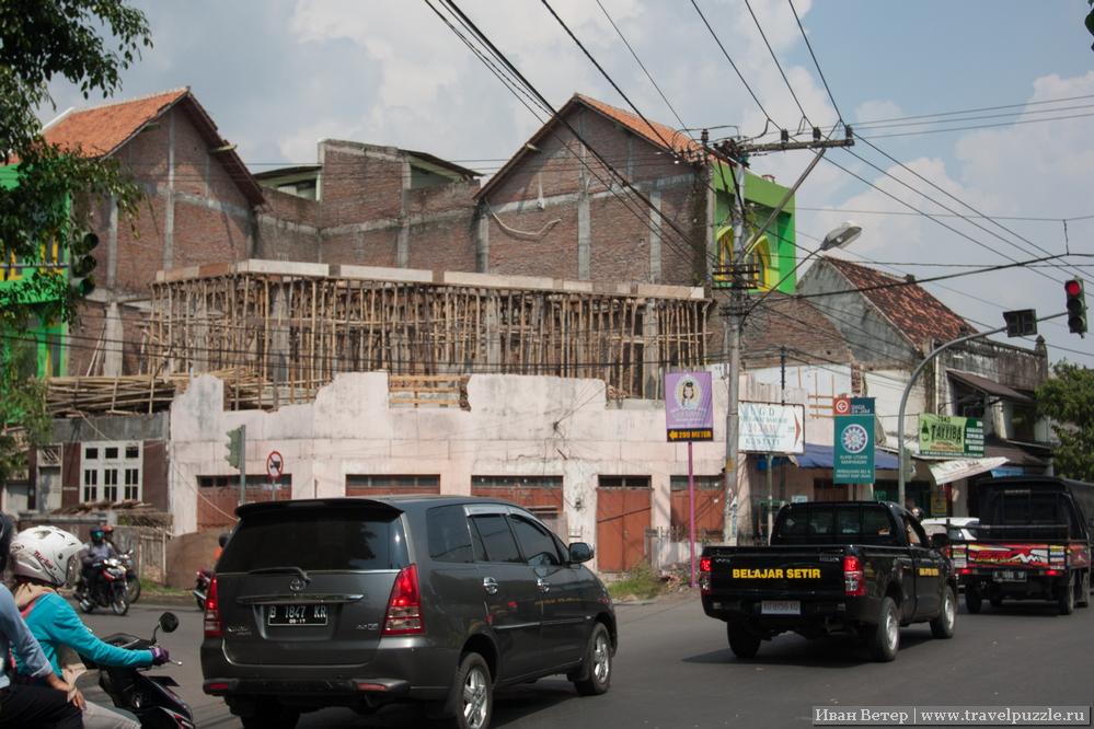 Строящийся дом и трафик в городе