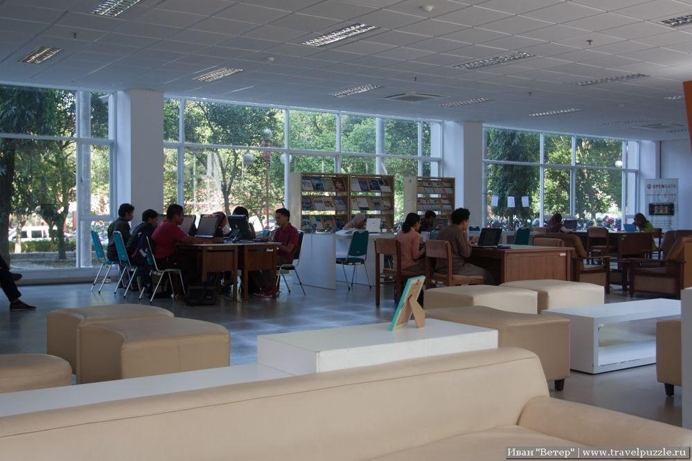 Внутри библиотеки очень уютно и кондиционеры не пытаются проморозить до костей.