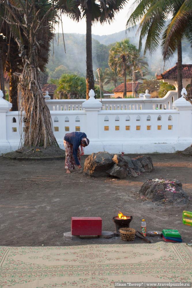 Место не напоминало основные культы региона: отгорожены несколько деревьев и камней, на некоторых рассыпаны цветки, рядом горит огонь. Возможно, это что-то из индуистских культов, возможно - реликты какого-то древнего анимизма.