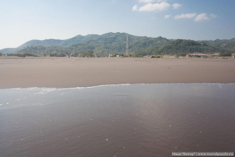 Пляж необычайно пустынен на большей своей части.