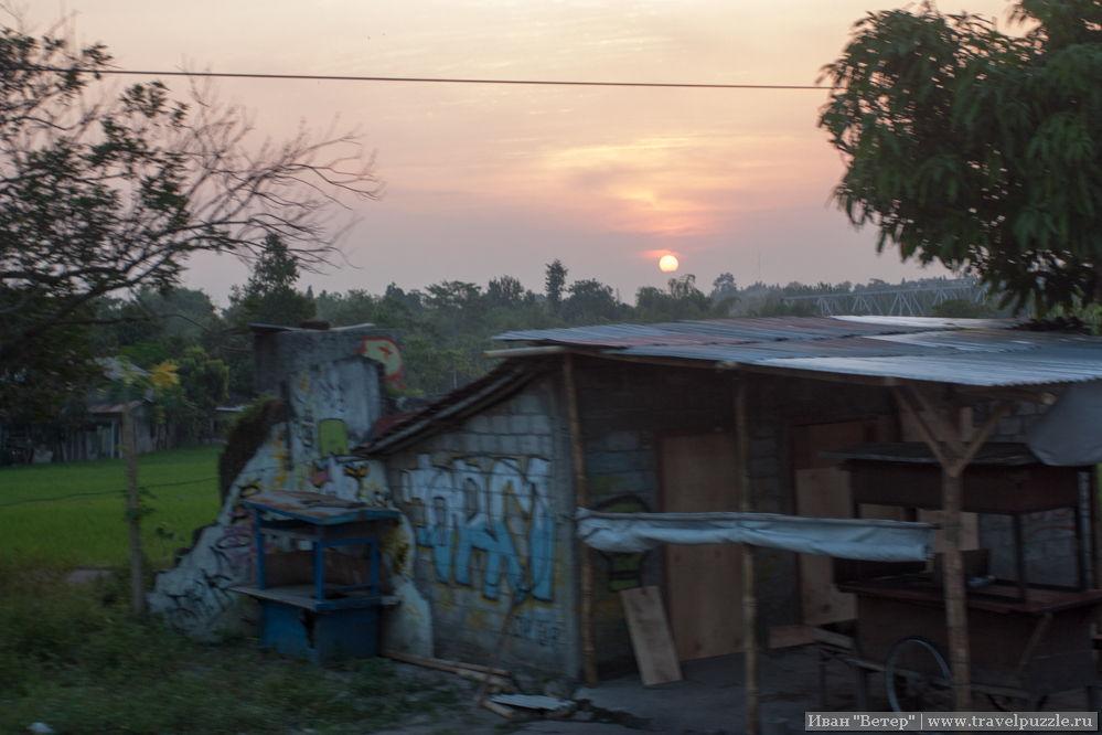 Деревенское граффити на фоне заката.