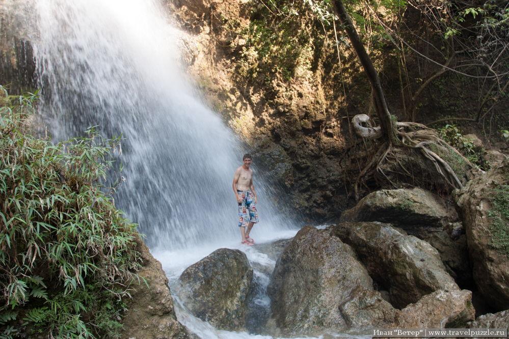 Для понимания масштаба - мой напарник по поездке Юра в правом рукаве водопада
