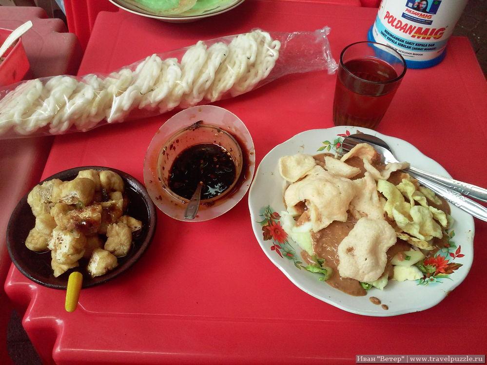 Блюдо слева - очередные превращения обжаренной сои с соусом.