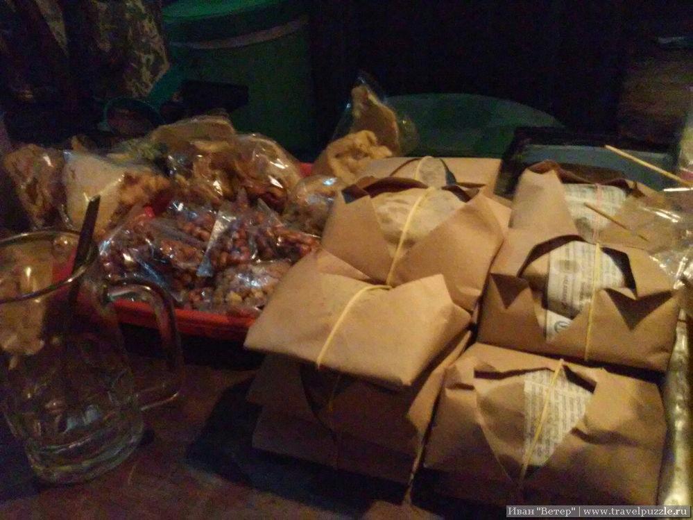 Рис на прилавке в Джокджакарте, запакованный в плотную бумагу. Порция может стоить от 1500 рупий.