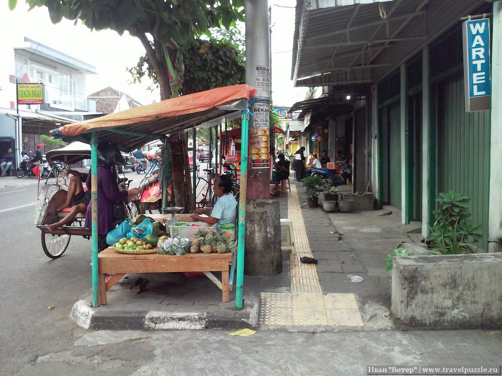 Типичные торговые ряды с едой в Джокдже