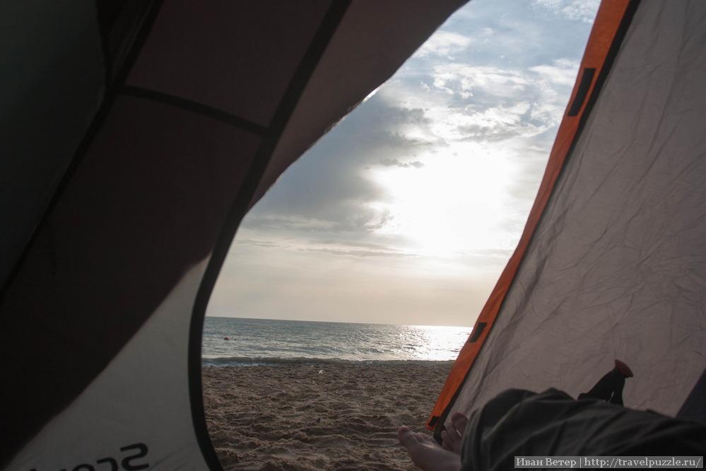Вид из палатки а Каспийское море