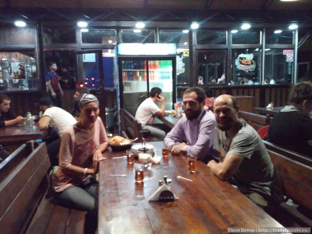 С Идрисом в одном из кафе Махачкалы.