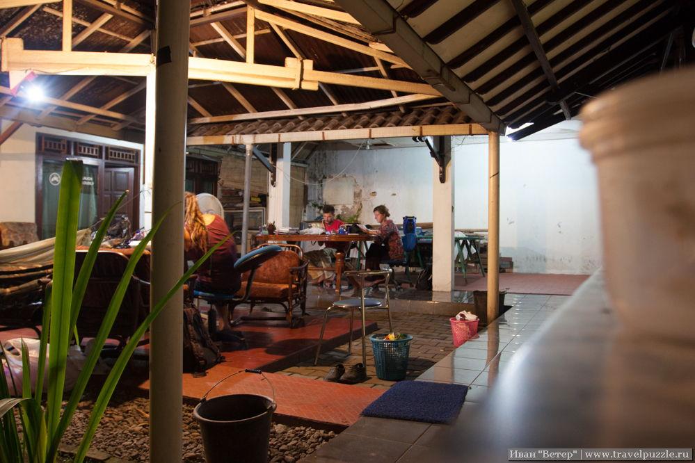 Часто дома образуют между собой закрытые дворики, которые, учитывая приятный климат, становятся самыми уютными местами дома.