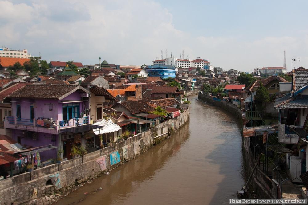 В городе несколько рек. С центрального проспекта города на реку открывается вот такой вид.