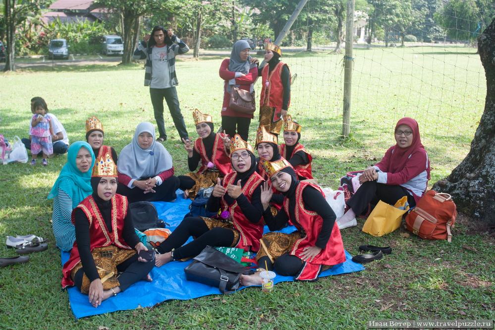 На одной из полян шёл какой-то фестиваль. Команды были одеты по-мусульмански строго, но празднично. Целые команды были рады пофотографироваться.)