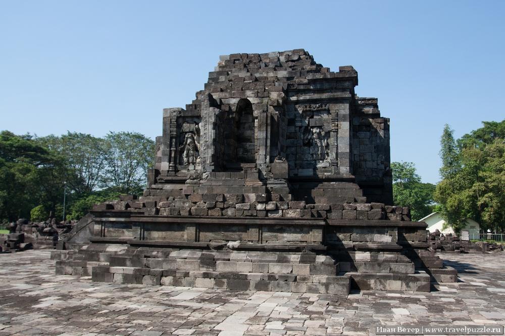 Между основными комплексами довольно приятный парк, в котором то и дело попадаются небольшие храмы.