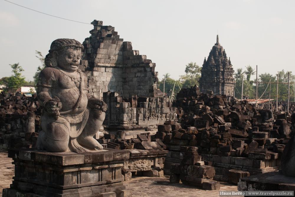 Севу - комплекс вокруг буддисткого храма. Он ниже индуисткого, но тут куда интереснее и удобнее рассматривать детали.