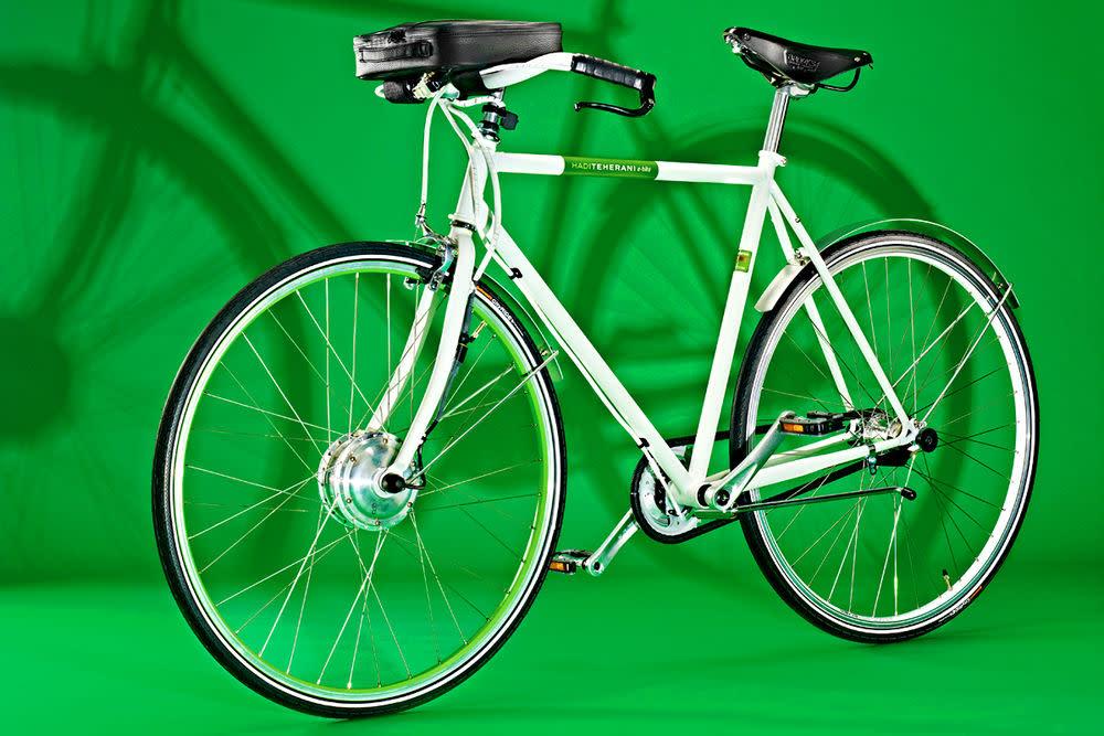 """Der Purist unter den elektrischen Tretern. Dem Rad vom Hamburger Architekten Hadi Teherani sieht man seine Natur nicht an. Der Akku ist in einer Fahrradtasche versteckt, die auf dem Lenker ruht. Der Nabenmotor im Hinterrad fast nicht zu sehen. Die Steuereinheit ist das eigene iPhone, das als Navigator und Tacho dient. Das E-Bike verfügt über zwei Gänge und einen verschleißarmen Riemen statt einer Kette. Das Teherani-Bike im Retrostil ist außerdem mit 16,5 Kilogramm superleicht. Allerdings beträgt die Auflage nur 200 Stück. Dafür gibt es sogar ganz klassisch einen Rücktritt. <strong>Preis:</strong> 2950 Euro<a target="""""""" href=""""https://haditeherani-bikes.de/"""">haditeherani-bikes.de</a>"""
