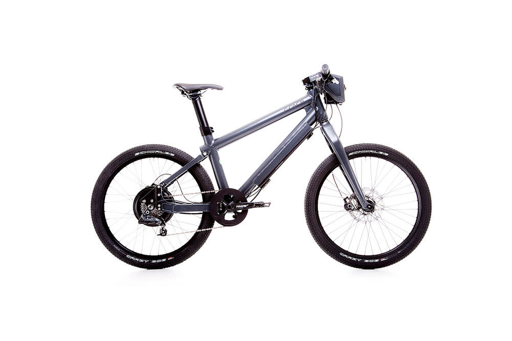 """Martialisch wirken auch die zwei Halogen-Scheinwerfer im Vorderbau. 1300 Watt Hinterradnaben-Motor, 45 km/h ohne zu treten. Dafür muss nur noch der Gashebel gedreht werden. Ist das noch ein Fahrrad? Die Straßenverkehrsordnung sagt klar """"nein"""". Es ist mindestens ein Mofa. Bei Grace heißt es: """"E-Motorbike"""". Die Zentrale des Grace One ist das Display auf dem Lenkervorbau. Hier kann zwischen den 3 Fahrmodi Sport, City, ECO gewählt werden. Der Lithium-Ionen-Antrieb ist dezent im Ober- und Unterrohr versteckt. Eine Ladung reicht bis zu 60 Kilometer. Das Gewicht ist dagegen an der Grenze des Tragbaren mit 30 Kilogramm. <strong>Preis:</strong> 4399 Euro<a target="""""""" href=""""http://www.grace.de/produkte/grace-one/"""">www.grace.de</a>"""