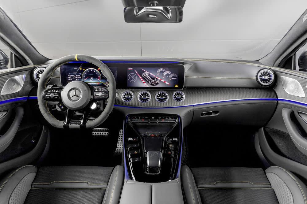 Geschwungene AMG-7-Performance-Sitze, schwarz verchromte Schaltpaddles und beleuchtete Einstiegsleisten ...
