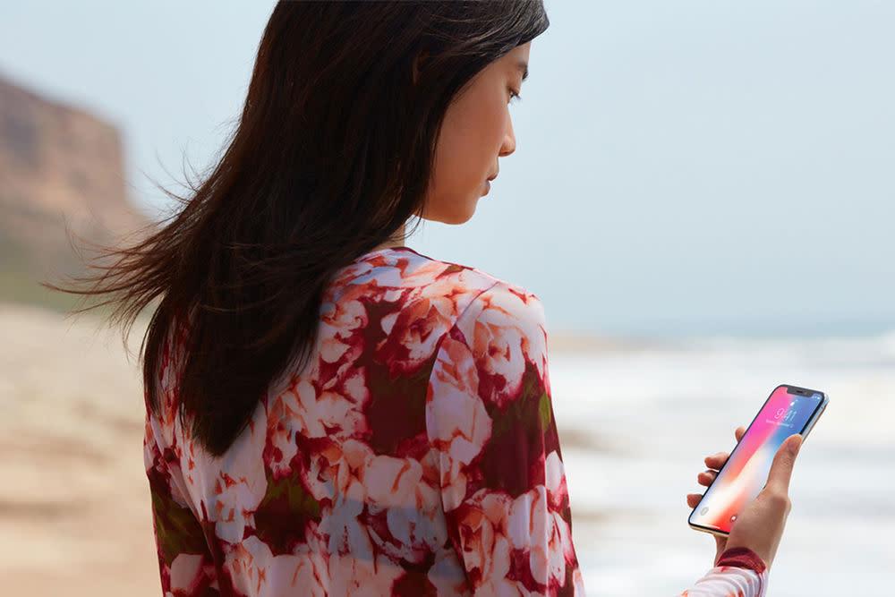 Entsperrt wird das Smartphone nicht mehr per Touch, sondern per Face ID. Das neue TrueDepth-Kamera-System auf der Frontseite scannt das Gesicht bis in den letzten Winkel. So wir das iPhone per Gesichtserkennung freigeschaltet.