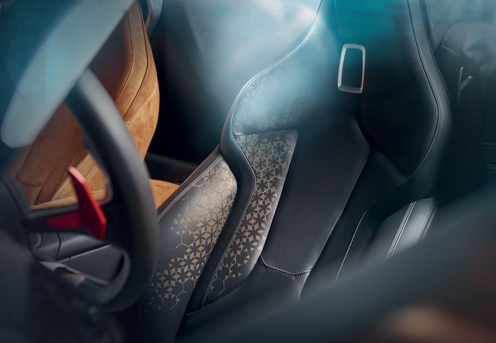 Dass ein Z4 auch Luxus ist, soll sich in dezenten Details zeigen: wie etwas dem Einsatz hochwertiger Materialien, Prägungen, Lasercut-Motiven auf den Sitzen , Carboneinstiegsleisten und geschliffenen Chromakzenten.