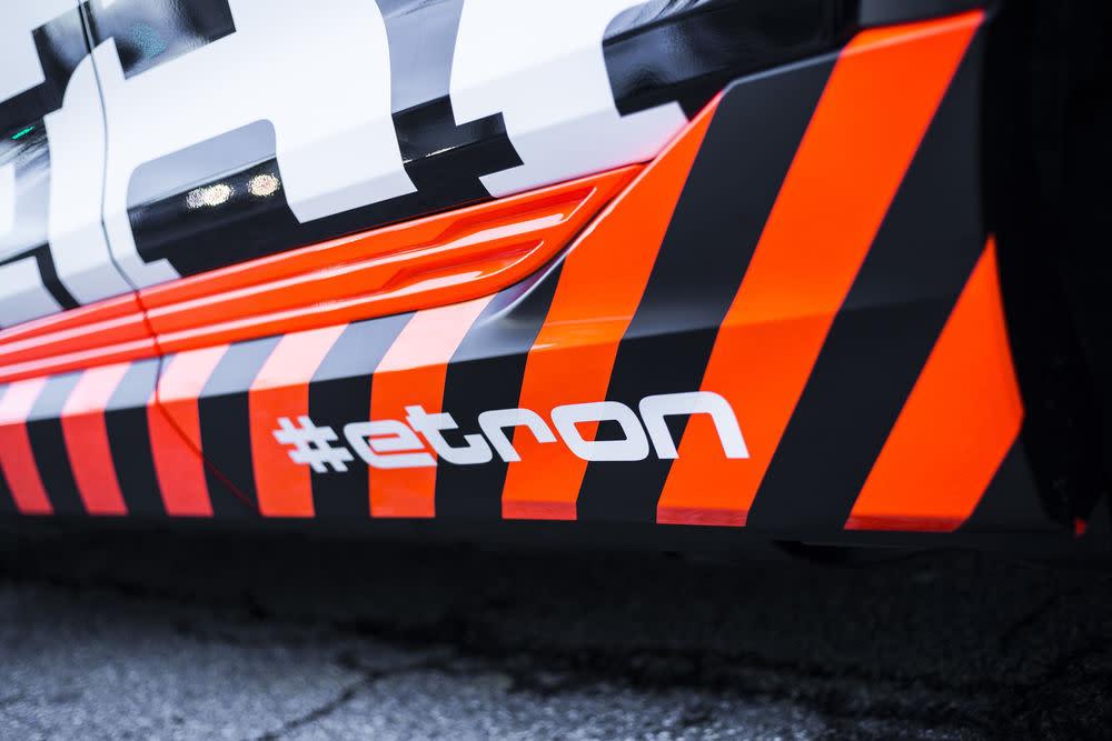 Die Serienversion des Audie-tron-Prototypen kann an Schnelllade-Stationen mit bis zu 150 kW Ladeleistung Strom tanken. Damit ist der SUV in knapp 30 Minuten bereit für die nächste Langstrecke.