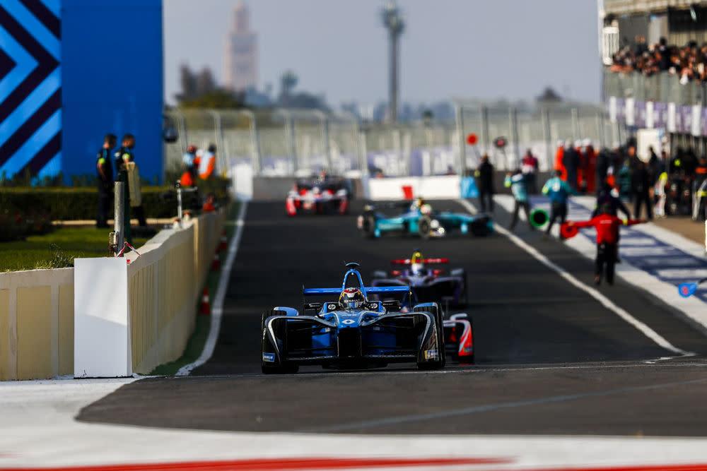Damit liegt sie zwar noch hinter dem Top-Speed eines Formel 1-Wagens (aktuell circa 330 km/h, gemessen beim Test vor der Saison in Barcelona)...