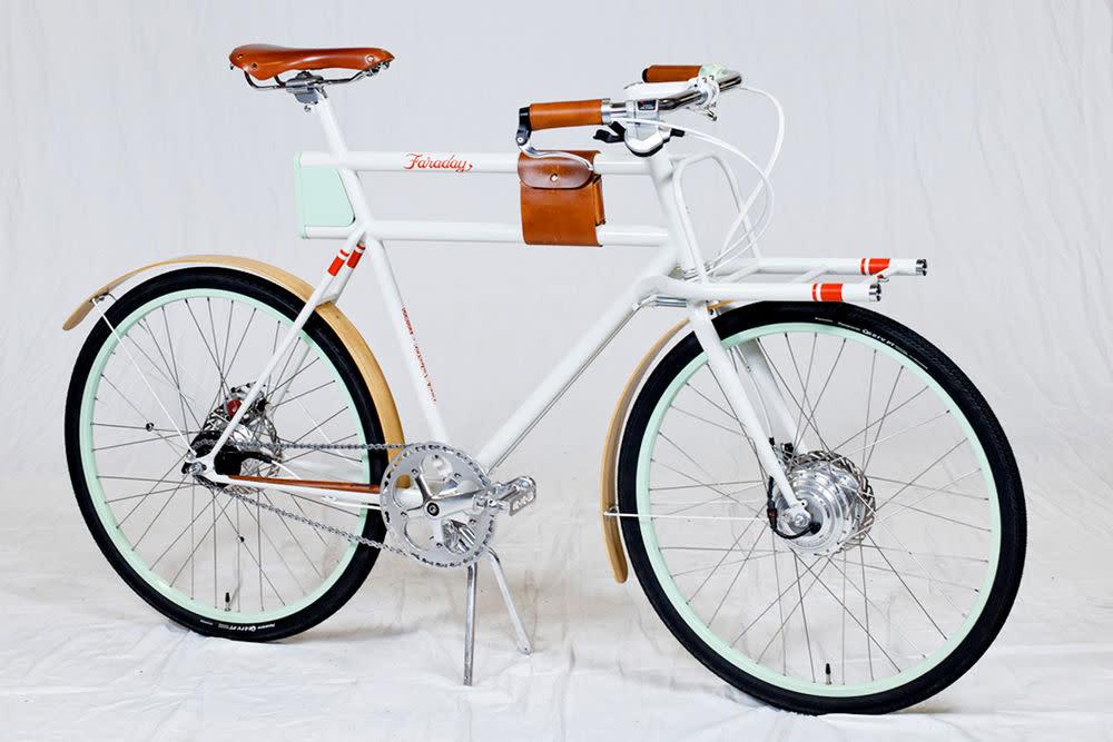 """Das Faraday ist eine Gemeinschaftsproduktion von Innovationsberatungsfirma IDEO und Rahmenproduzent Rock Lobster Cycles aus Portland Oregon. Sie wurde im letzten Jahr auf dem Zukunftswettbewerb """"Oregonmanifest"""" vorgestellt. Die Mischung aus Leder, schlankem Rahmendesign, Farbakzenten und hohem Nutzfaktor überzeugt bereits in der Gegenwart. <strong>Preis:</strong> auf Anfrage<a target="""""""" href=""""http://oregonmanifest.com/2011/05/03/ideo-x-rock-lobster-cycles/"""">oregonmanifest.com</a>"""