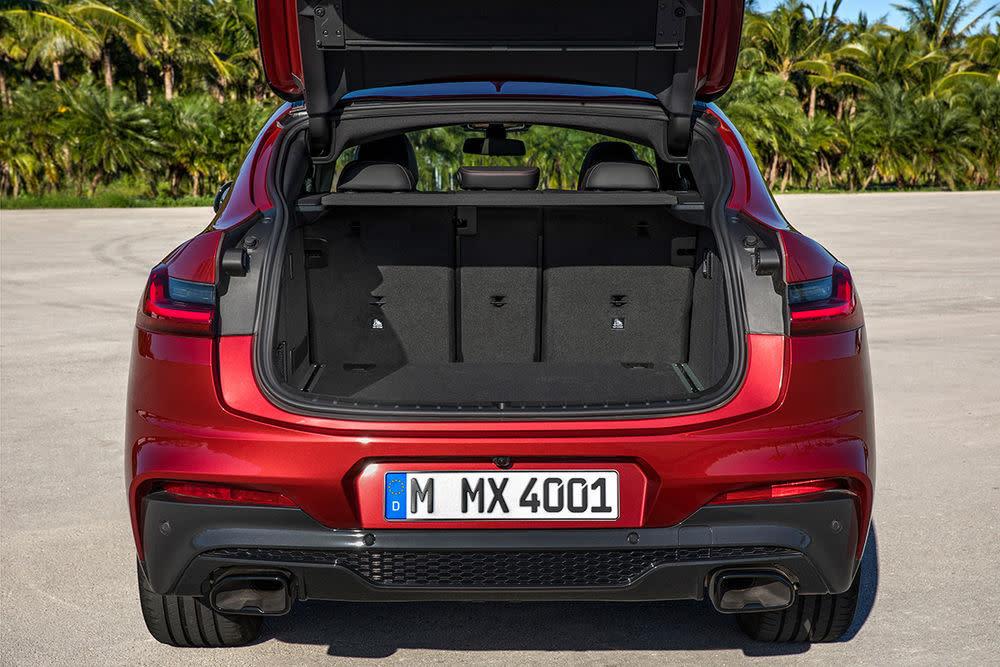 Der Kofferraum ist mit einer automatischer Heckklappe und doppelten Ladeboden ausgestattet.