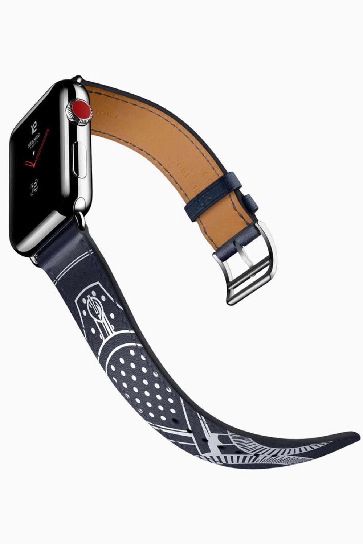 Die Apple Smartwatch bekommt ein Update mit der Apple Watch Series 3. Auch Hermès steuert neue Armbänder bei. Das Single Tour Éperon d'Or aus bedrucktem Gala Kalbsleder ist von dem 1974 von Henri d'Origny entworfenem Reiterschalmuster inspiriert.