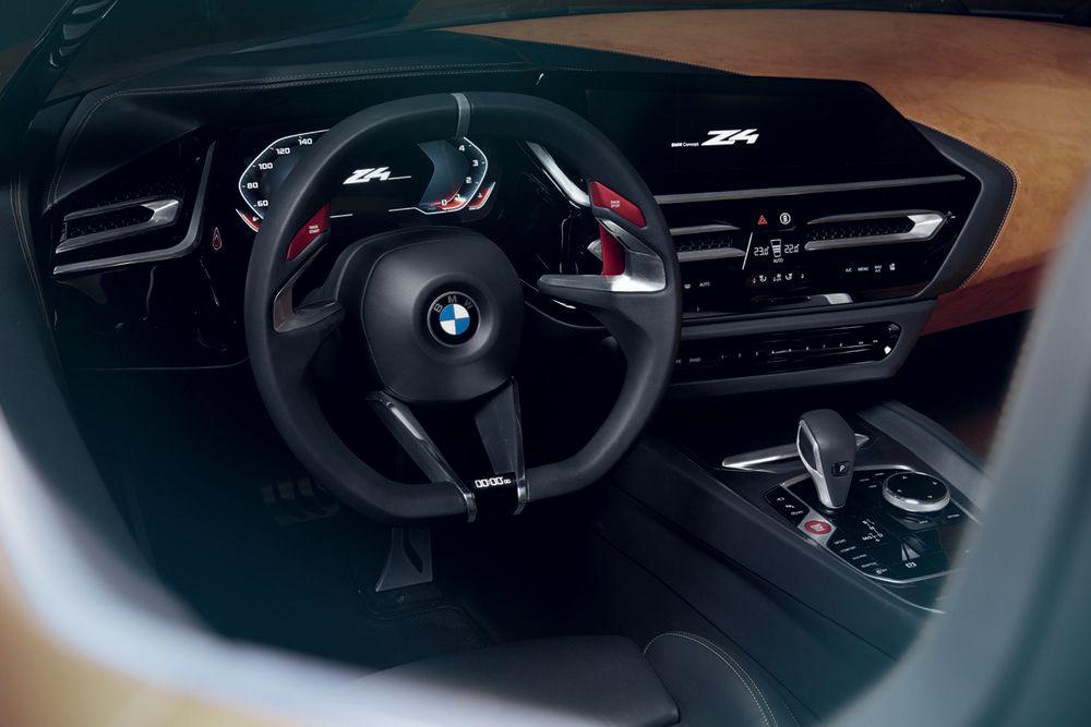 Das soll noch einmal verdeutlichen: im BMW Z4 liegt der Fokus ganz auf Pilot und Fahrerlebnis. Kombi-Instrument und zentrales Infodisplay liegen erstmals fast gleich auf und wirken damit wie eine große Einheit. Der Fahrer kann per Touch entscheiden, welche Informationen - Routenführung, Playlists & Co. - auf dem Display angezeigt werden sollen.