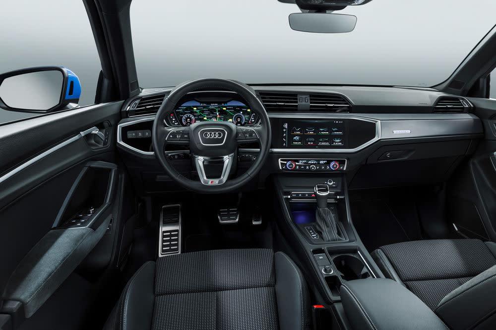 Der Innenraum des neuen Q3 bietet viel Beinfreiheit und Displays in verschiedenen Größen.