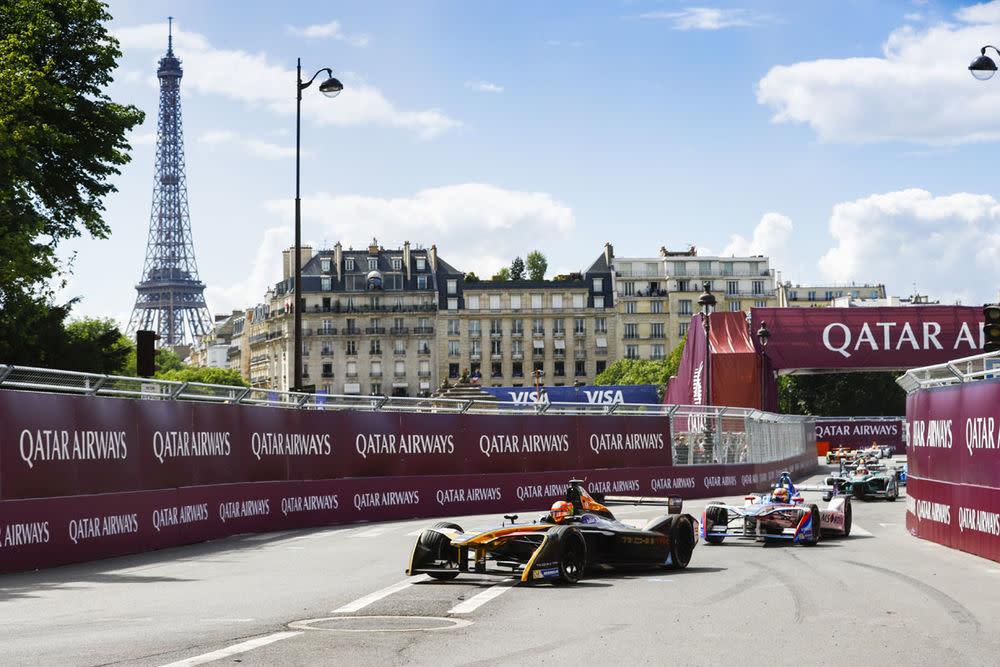 Die Formel E verpasst dem Rennsport nicht nur ein zeitgemäßes Image, sie führt wie die etablierte Rennserie auch durch die schönsten Städte dieser Erde. Paris...