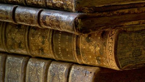 Wissenschaftler lesen Bücher, ohne sie zu öffnen