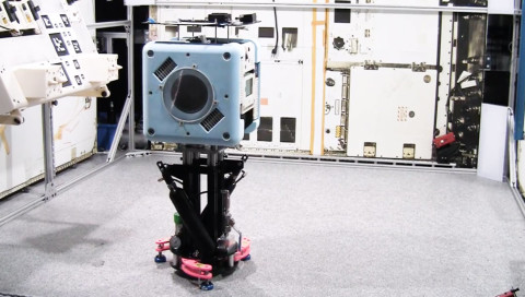 Dieser Mini-Roboter sieht bald alles, was die ISS-Crew tut