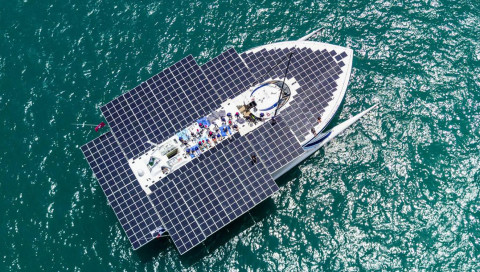 Ein deutscher Drachen zog diesen Solar-Katamaran über den Atlantik